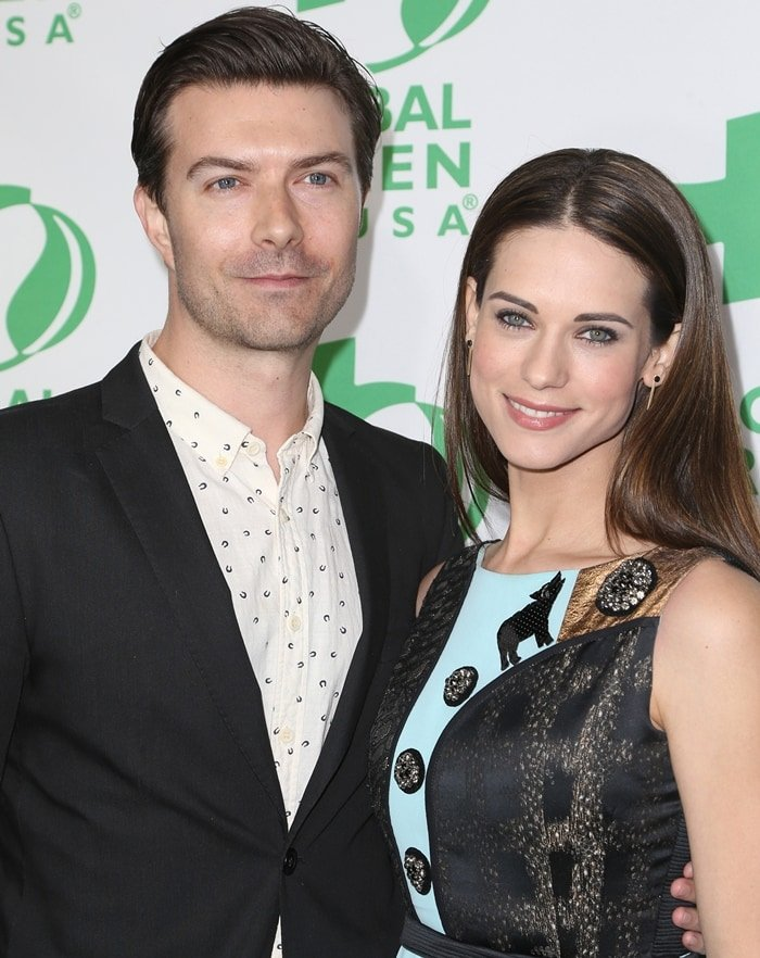 Noah Bean and Lyndsy Fonseca met on the set of Nikita, an action thriller drama television series that aired on The CW from September 9, 2010, to December 27, 2013